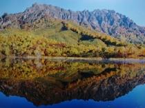 紅葉の戸隠山と鏡池