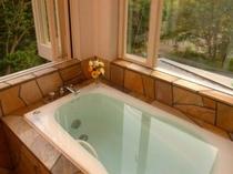 客室「山もも」の洋風露天風呂