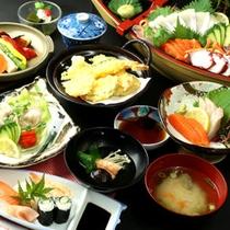 スタンダード夕食。旬の素材を使用した刺身や天ぷらをご堪能ください。