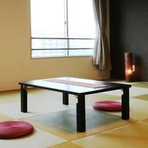 和室10畳のお部屋。琉球畳が敷いてあり、シックな雰囲気です。