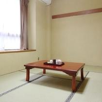 旧館和室8畳。旧館の一階にある少し古目のお部屋になります。
