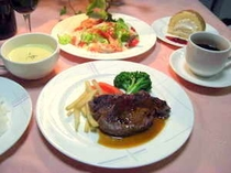 やわらかなヒレステーキや高原野菜たっぷりのシーフードマリネなど一例です ご飯はおかわり可
