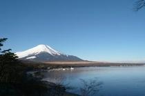 夕焼けの渚からの富士山