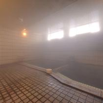 *大浴場(男湯)/24時間源泉かけ流しの天然温泉。その良質な湯を求め湯治客も多数。