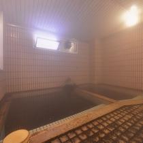 *大浴場(女湯)/24時間源泉かけ流しの天然温泉。その良質な湯を求め湯治客も多数。
