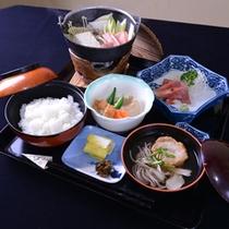 *お夕食一例(湯治プラン)/地元の食材を活かした、体にやさしいメニュー。健康を意識して腹八分の量に。