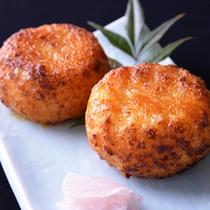 *お夕食一例(焼きおにぎり)/味噌仕立ての焼きおにぎりはふっくら香ばしい味わいに。お夜食にも◎