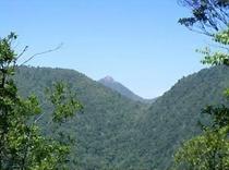 頂上から山間に遠望する愛子岳。