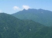 頂上から島の中心へ向かって太忠岳を遠望。
