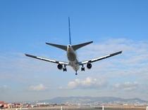 羽田空港へは京急の直通急行でおよそ25分です。