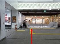 【JR鶴見駅より②】正面の階段を降りてください。左側にエスカレータもございます。