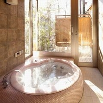 【貸切風呂:離れ「かぐや」】窓の外には専用露天風呂も設置。自然との調和を考えトーンを抑えて設計。