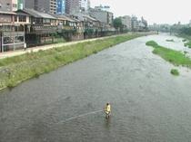 夏の風物・川床と釣り人