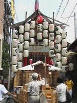 飾りつけ提灯も賑やかな祇園祭り