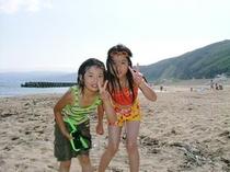 宿前の砂浜は子供たちの最高の遊び場(^^♪