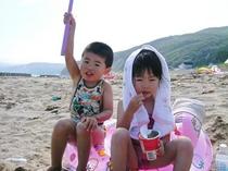砂浜で遊ぶ子供たち☆彡
