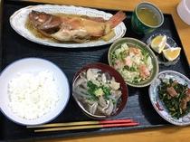 島で採れた食材を中心とした夕食メニューです。