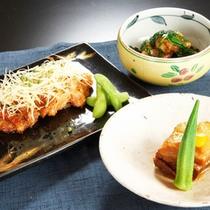 *夕食一例/川魚、肉、野菜と地元の食材中心の手作りの懐石料理をご用意致します。