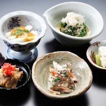 *夕食一例/懐石料理は先付け五種からスタート。一品一品心を込めてお作りしています。