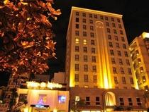 ホテル正面画像 夕暮れ〜夜の時間帯