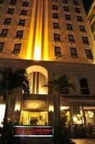 ホテル玄関前 ナイトシーン