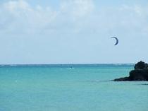 沖縄の海とパラセーリング