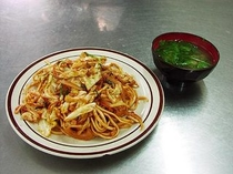 町の定職屋やきそば 沖縄そばを使用した独特なモノで ケチャップや醤油でも炒める