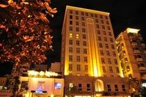 ホテル正面からの夜景