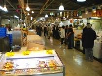 泊港の市場です 朝から賑わっています