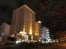 ホテルと夜景 こう見ると幻想的にも見えてきます