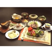 【夏 夕食の一例】夏の日差しを存分に浴びた夏野菜を取り入れた懐石料理。
