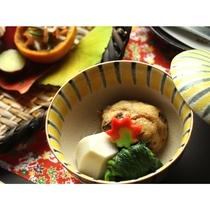 【秋 夕食の一例】炊合せの逸品。もっちりとした飛龍頭とお野菜。
