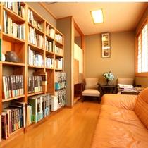 【談話室】旅先で流れるスローな時間を楽しみながらの読書!本に囲まれ贅沢な時間を♪