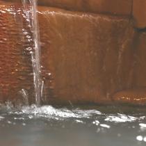 【温泉】炭酸泉ならではの湯の花が広がる。湯の花は良泉の証。
