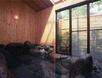 天城ヒノキで囲まれた岩風呂(2つ)