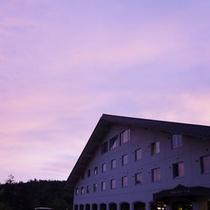 【外観(秋)】夕暮れに美しく赤く染まる空。