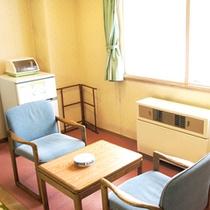 【和室一例】テーブルとイスを配した、日当たりの良い寛ぎスペース。