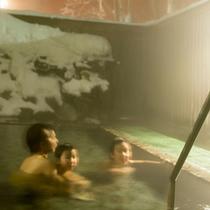 【雪見露天】キリリとした空気とポカポカの温泉がマッチする、冬の露天風呂。