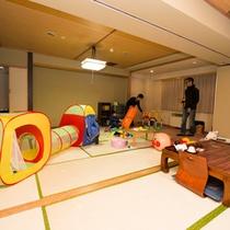 【ファミリールーム】二間つづきの広々和室だから、たっぷり遊んでもまだまだ余裕のスペース!