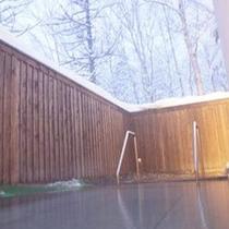 【雪見露天】しんしんと降る雪を眺めながら入る露天風呂。