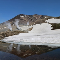 【旭岳(春)】雪が残る旭岳。姿見ノ池に映る景色も魅力。