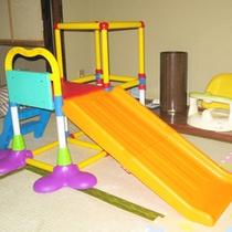 【ファミリールーム/滑り台】お部屋の中でもアクティブな遊びが可能です。