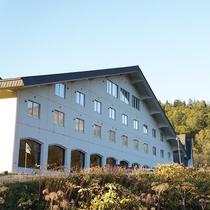 【外観(秋)】旭川から車で1時間。豊かな自然の中に佇むホテルです。