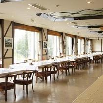 【レストラン】大きな窓から光が差し込むレストラン。晴れると旭岳全景をみながら食事ができるレストラン♪