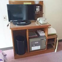 【少し狭い洋室ツイン】TVや電話・金庫なども完備。快適な空間を整えております。