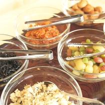 【ご朝食(一例)】食欲をそそる、ご飯のおかずも勢揃い!