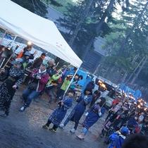 【山の祭り(夏)】クライマックスは一般観覧者も参加できるたいまつ行進。