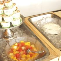 【ご朝食(一例)】食後のデザートに。彩り鮮やかなフルーツやヨーグルトも食べ放題!