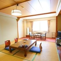 【和室12畳】畳の香りがほのかに薫るお部屋で寛ぎのひと時を。