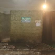 【大浴場】源泉100%掛け流し温泉♪温度を調整するために寝湯のスペースもあります。